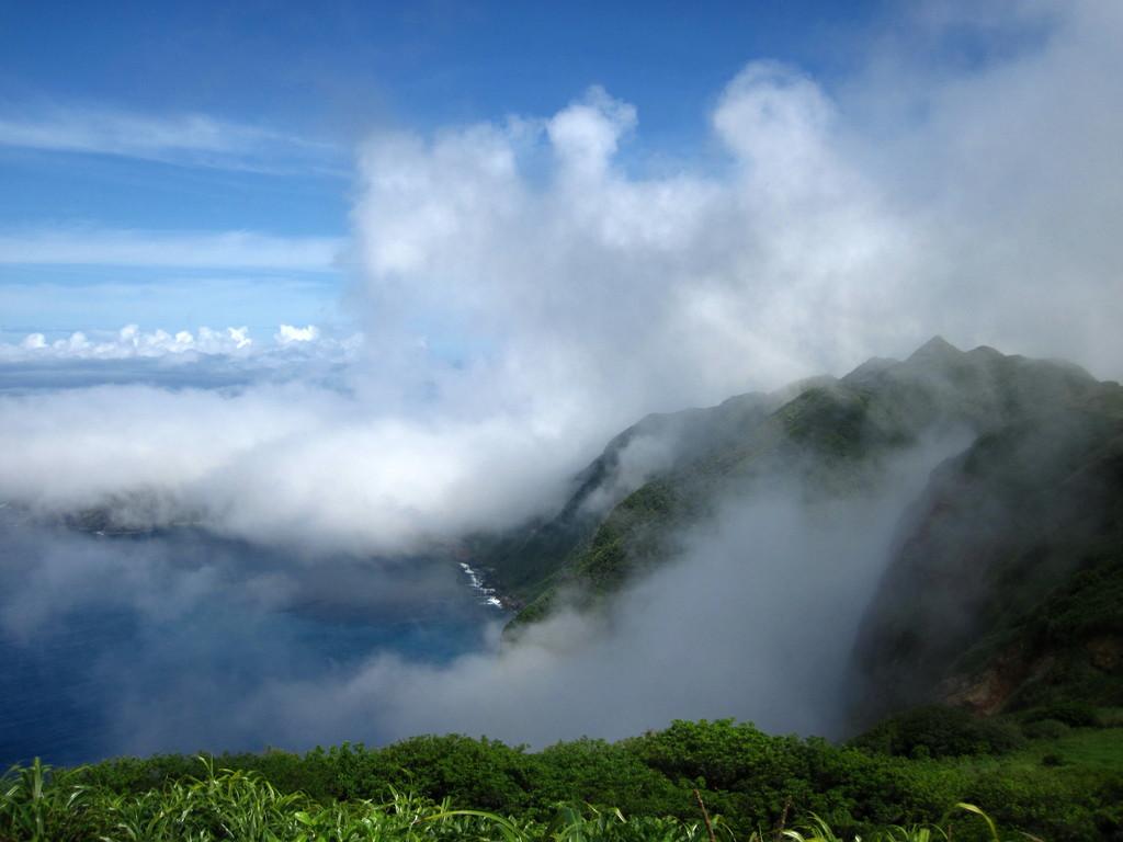 堺ヶ岳から見た、上昇気流を受ける乳房山