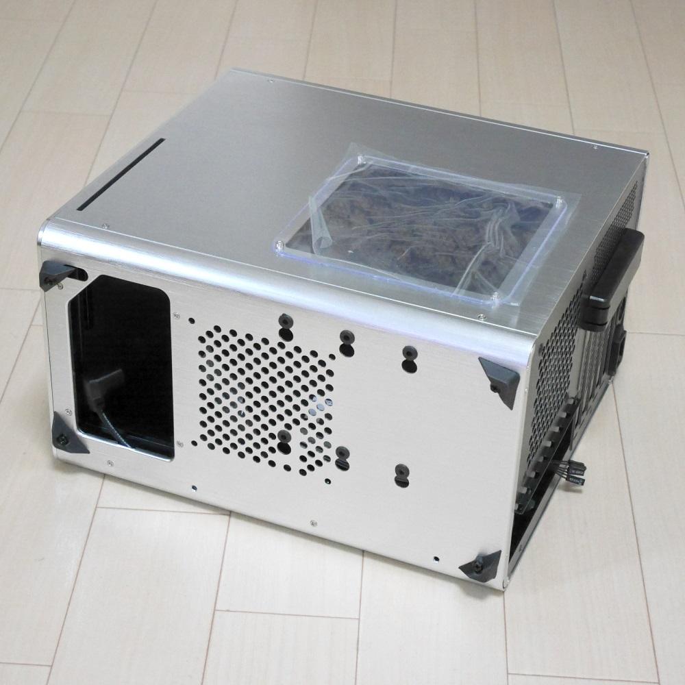裏側 電源ユニットの取り付け位置が裏側の前方という特殊な配置です