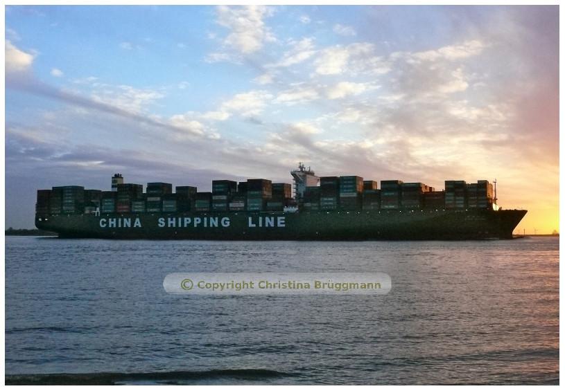 """""""CSCL GLOBE"""" bei Sonnenuntergang auf der Elbe nach 1. Besuch in Hamburg  16.01.2015"""