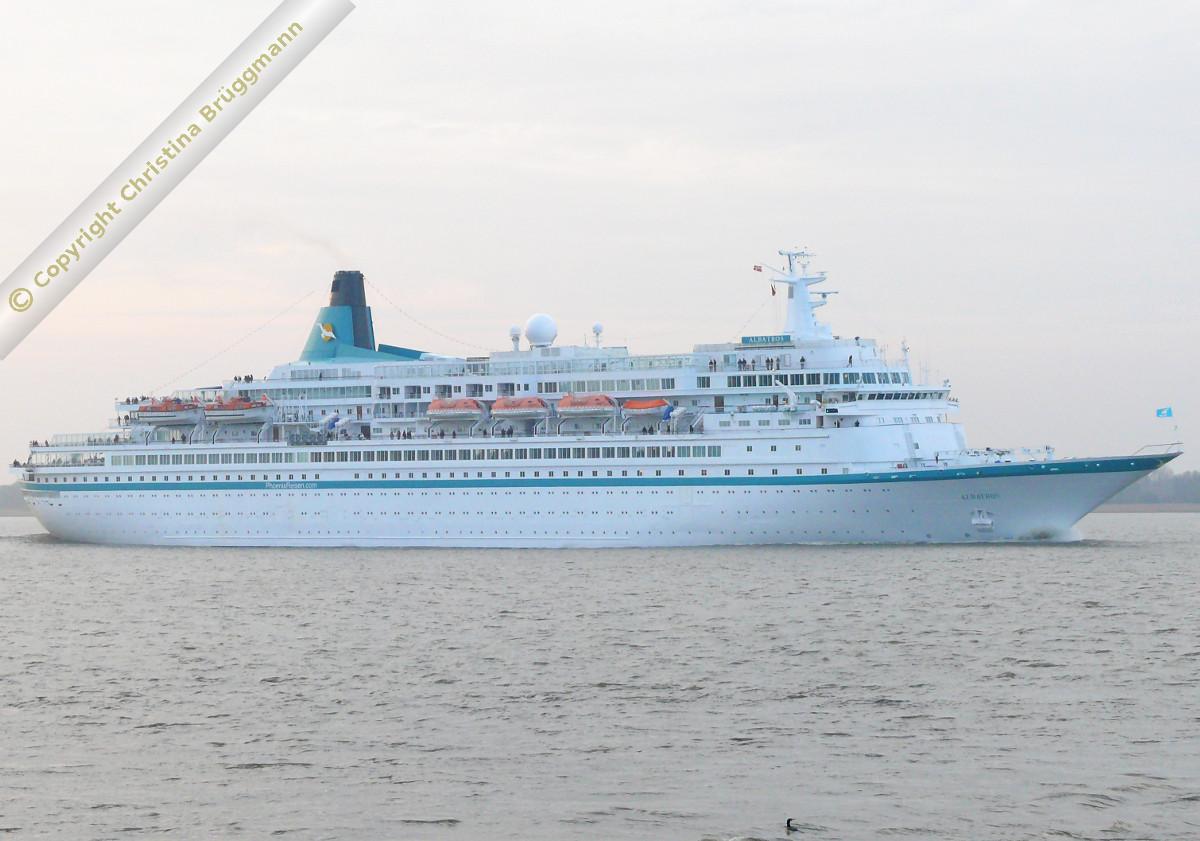 ALBATROS bei Ausreise von Hamburg auf der Elbe 19.12.2015