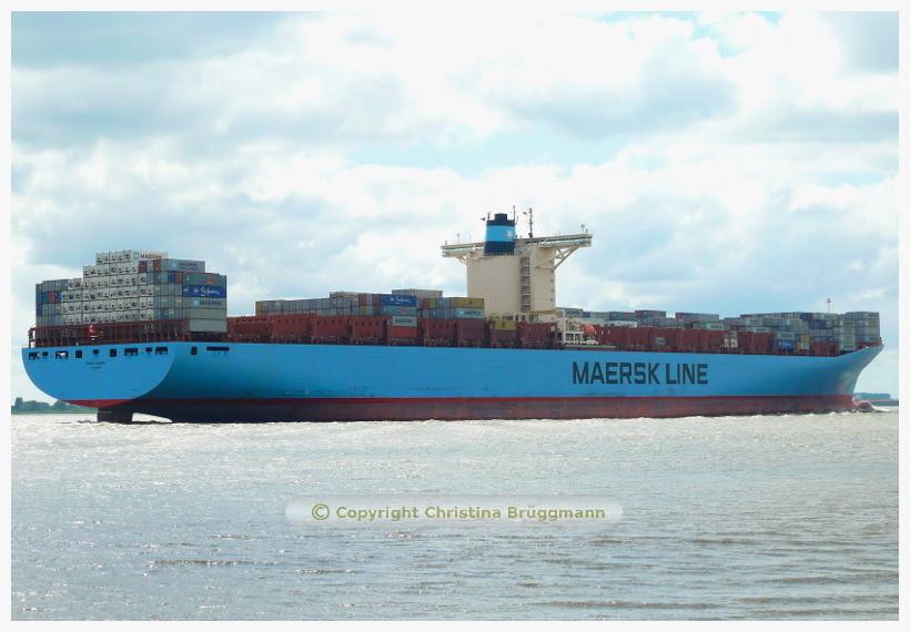 EMMA MAERSK bei Ausreise von Hamburg auf der Elbe 08.06.2015