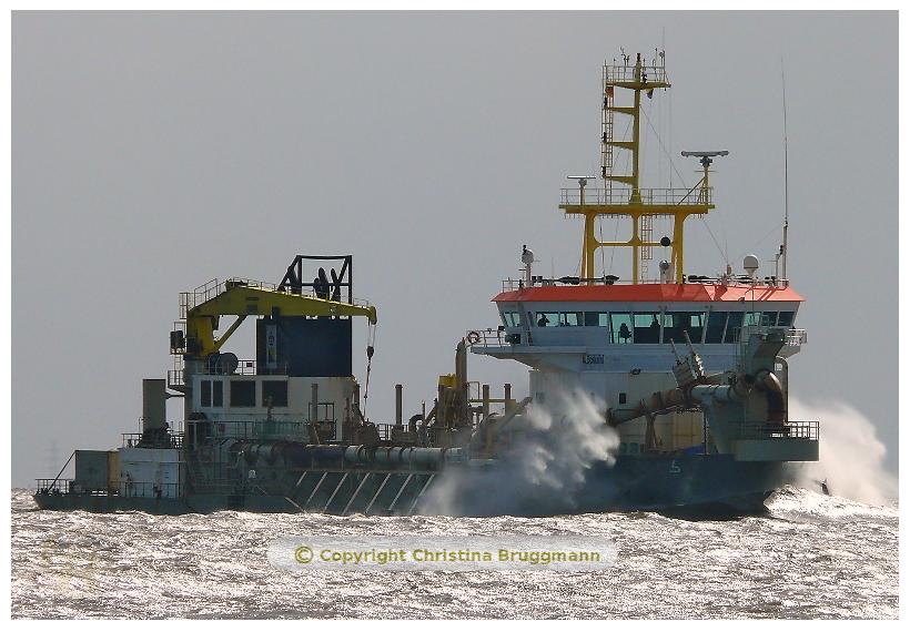 """Hopperbagger """"CRESTWAY"""" bei starken Wind auf der Elbe 01.04.2015"""