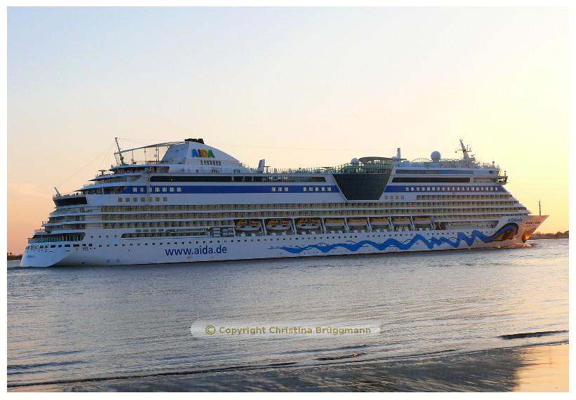AIDAbella auf der Elbe 02.05.2015