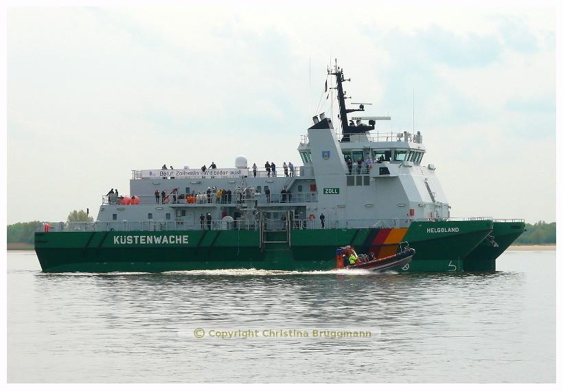 HELGOLAND beim aussetzen des Kontrollbootes auf der Elbe 08.05.2015