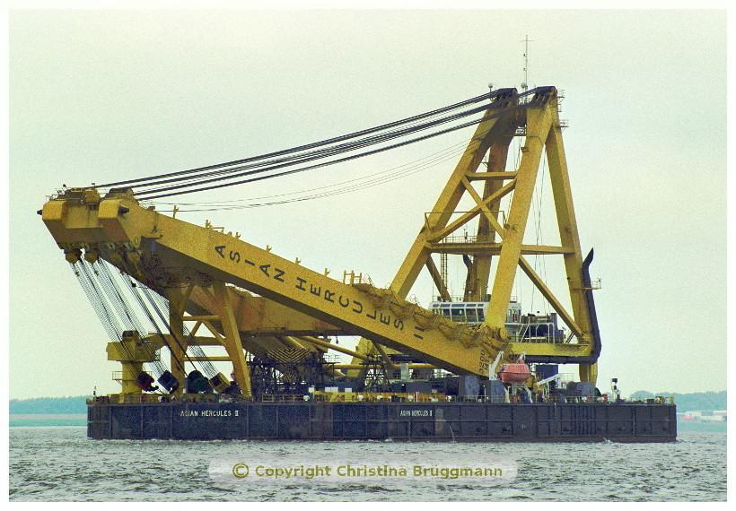 """Die """"ASIAN HERCULES II"""" auf der Elbe - 2002"""