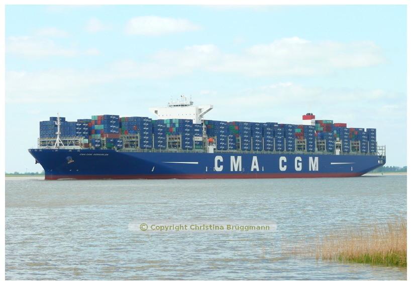CMA CGM KERGUELEN beim Erstanlauf von Hamburg auf der Elbe 15.05.2015