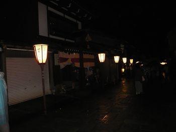街中は証明がなく灯篭のみで薄暗い