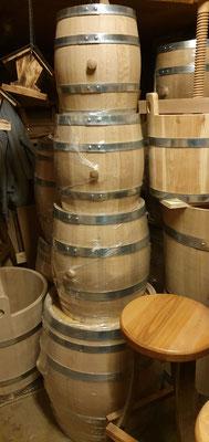 Holzfässer in verschiedenen Größen