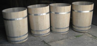 Wasserbottiche aus Eichenholz, natur, mit verzinkten Eisenreifen. Maße: H 90 x D 70 cm.