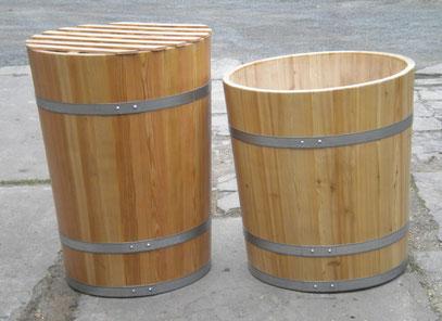 Wasserbottiche aus Lärchenholz, lackiert, mit verzinkten Eisenreifen. Maße: H 90 x D 70 cm und H 80 x D 85 cm.