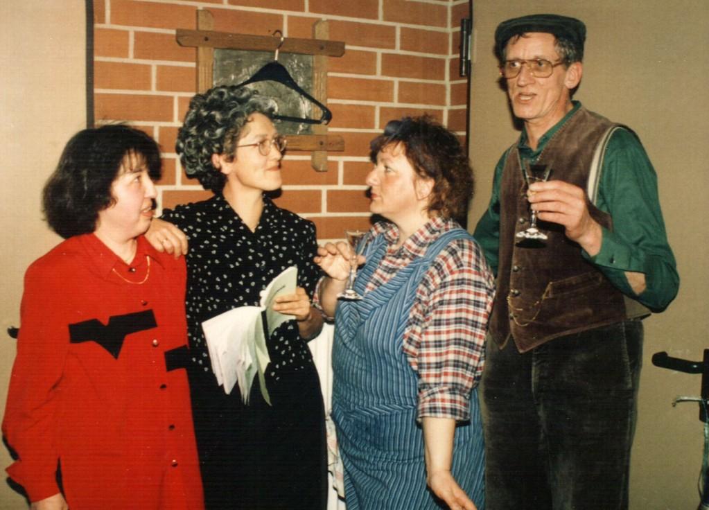 Hinter der Bühne: Inga Vehrenkamp, Brigitte Krumdieck, Gertrud Ballerstaedt, Heinrich Gilster
