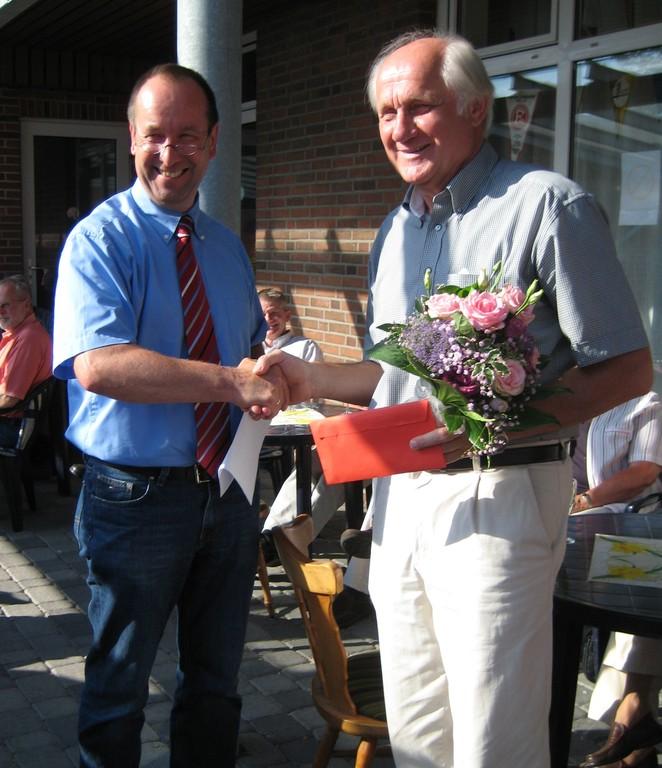 Der 1. Vorsitzendes des KSV RD-ECK,Dr. Thomas Liebsch-Dörschner, verabschiedet Erwin Bohm.