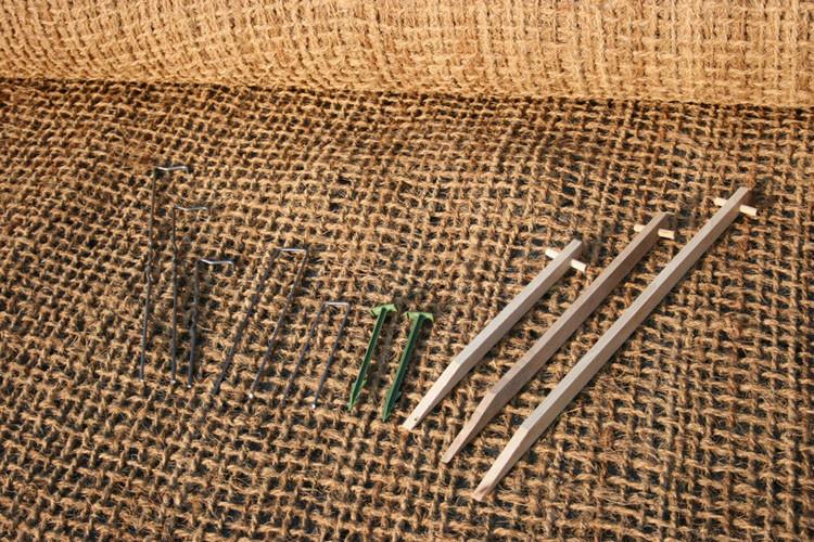 De gauche à droite : Crochet métal (FP), Cavalier métallique en U, Bio-pin, et fixation bois (WP)