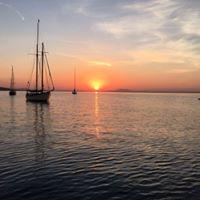 Ankern im  Sonnenuntergang (Yachtsegeln)