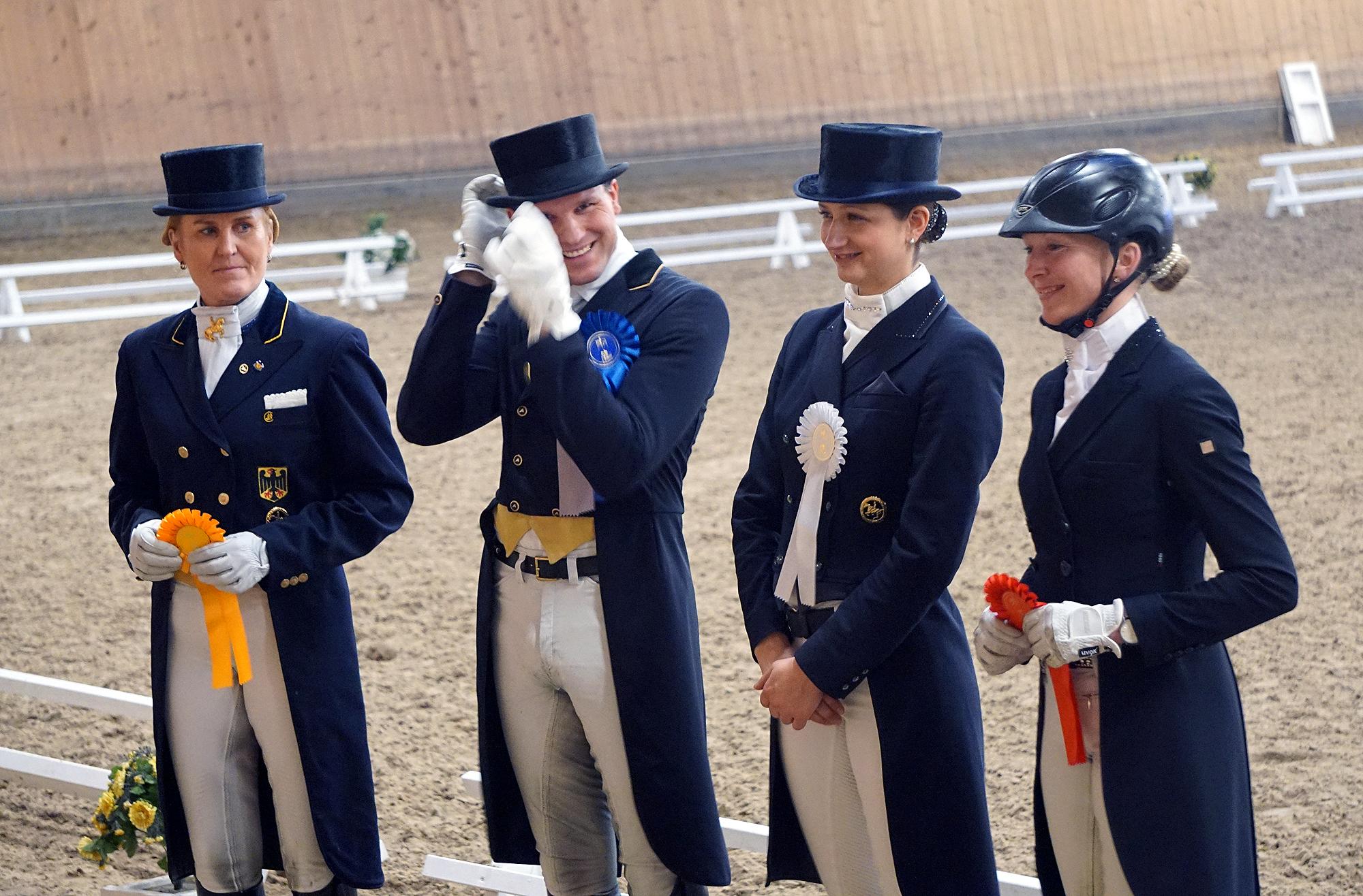 Siegerehrung mit strahlenden Gesichtern, aufgrund der Wetterlage ohne Pferde