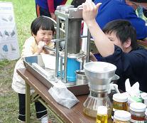 搾油体験(鳥海高原菜の花まつり)