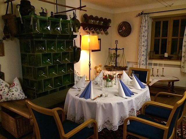 Unser Gastzimmer - gemütlich mit Stammtisch und Kachelofen