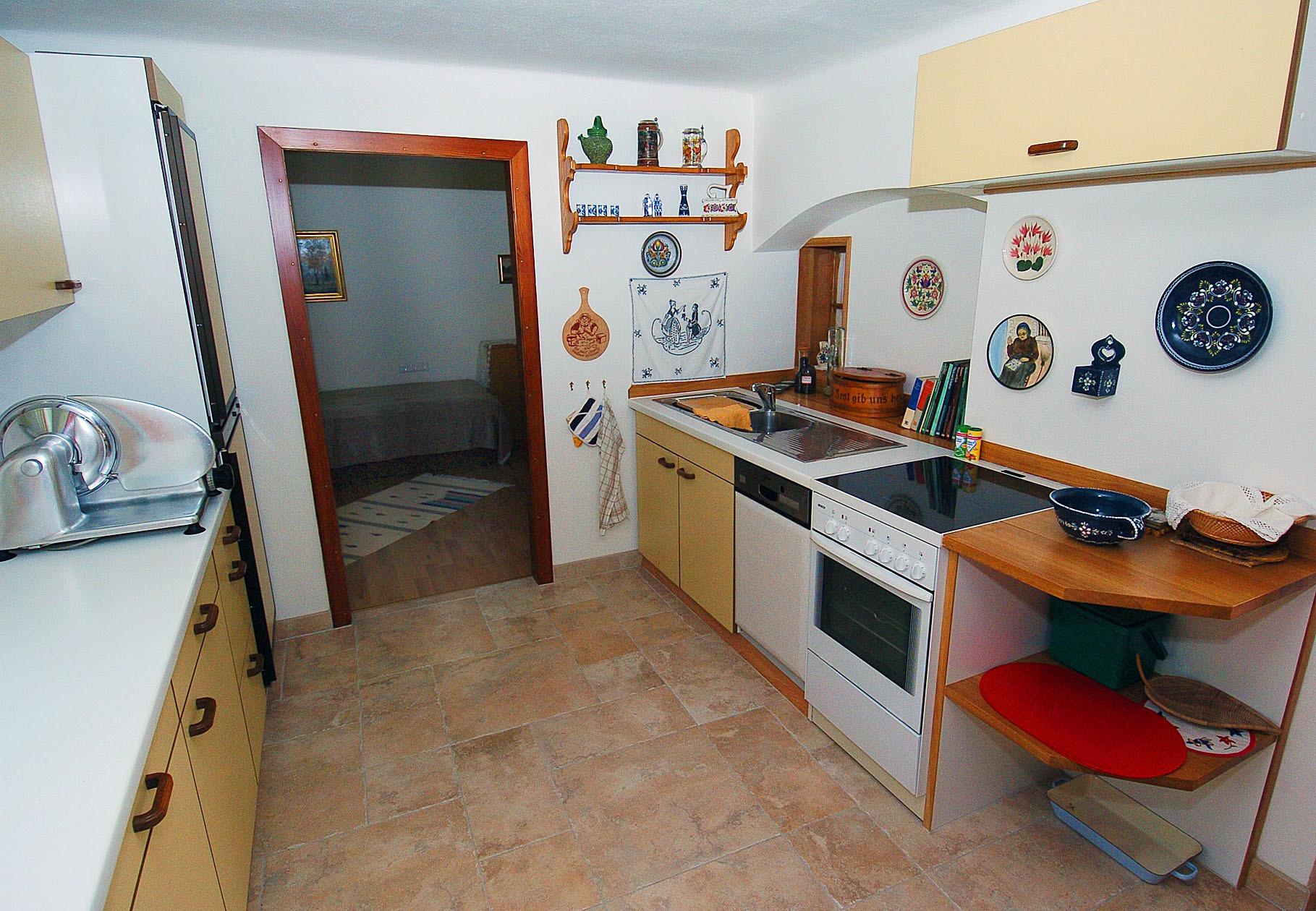 Komplett ausgestattete Küche mit Espressomaschine, Kühl & Tiefkühlschrank, Geschirrspüler, Mikrowelle