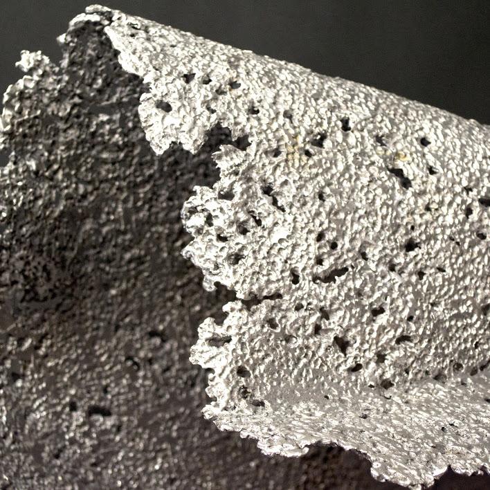"""""""Tombé du Camion"""" -  Tôle aluminium texturée -  73 x 98 x H 49 cm - 2019. Sculpture par Yzo"""
