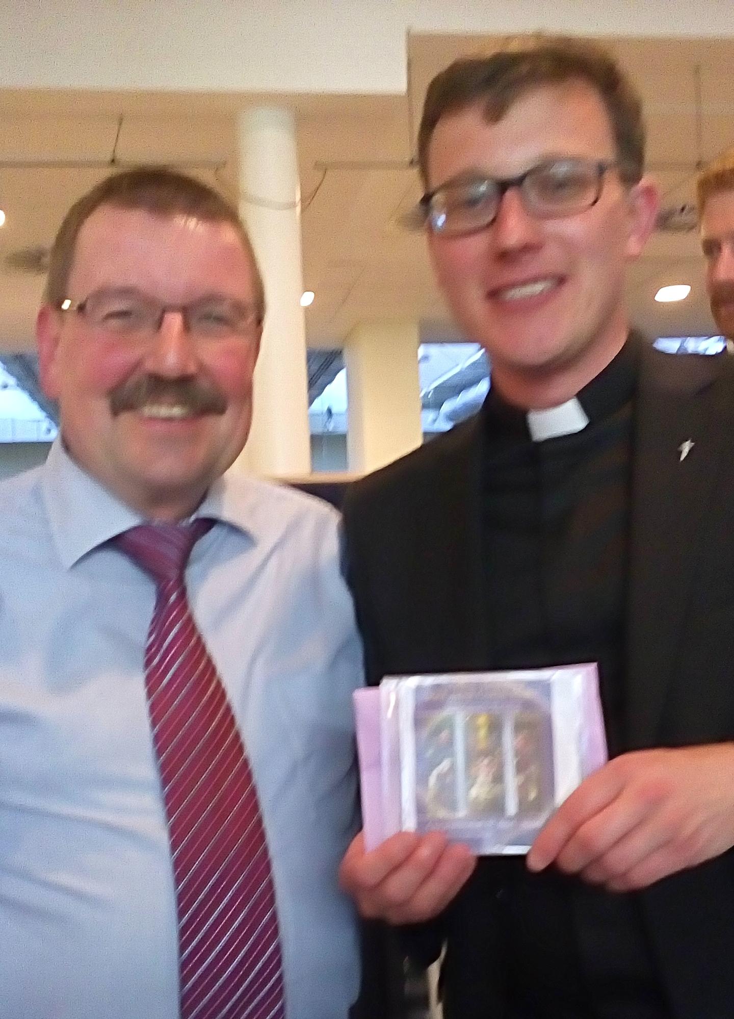 Reinhard Ollmert gratuliert Niklas Belting im Namen der Chorgemeinschaft - Foto:privat