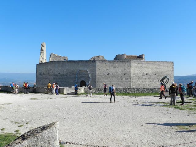 Esplanade supérieure du château de Lacoste