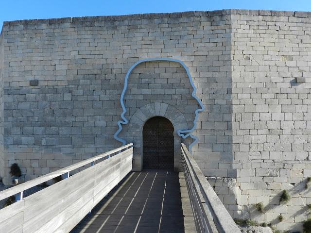 Entrée supérieure du Chateau de Lacoste soulignée par la silhouette du Marquis de Sade