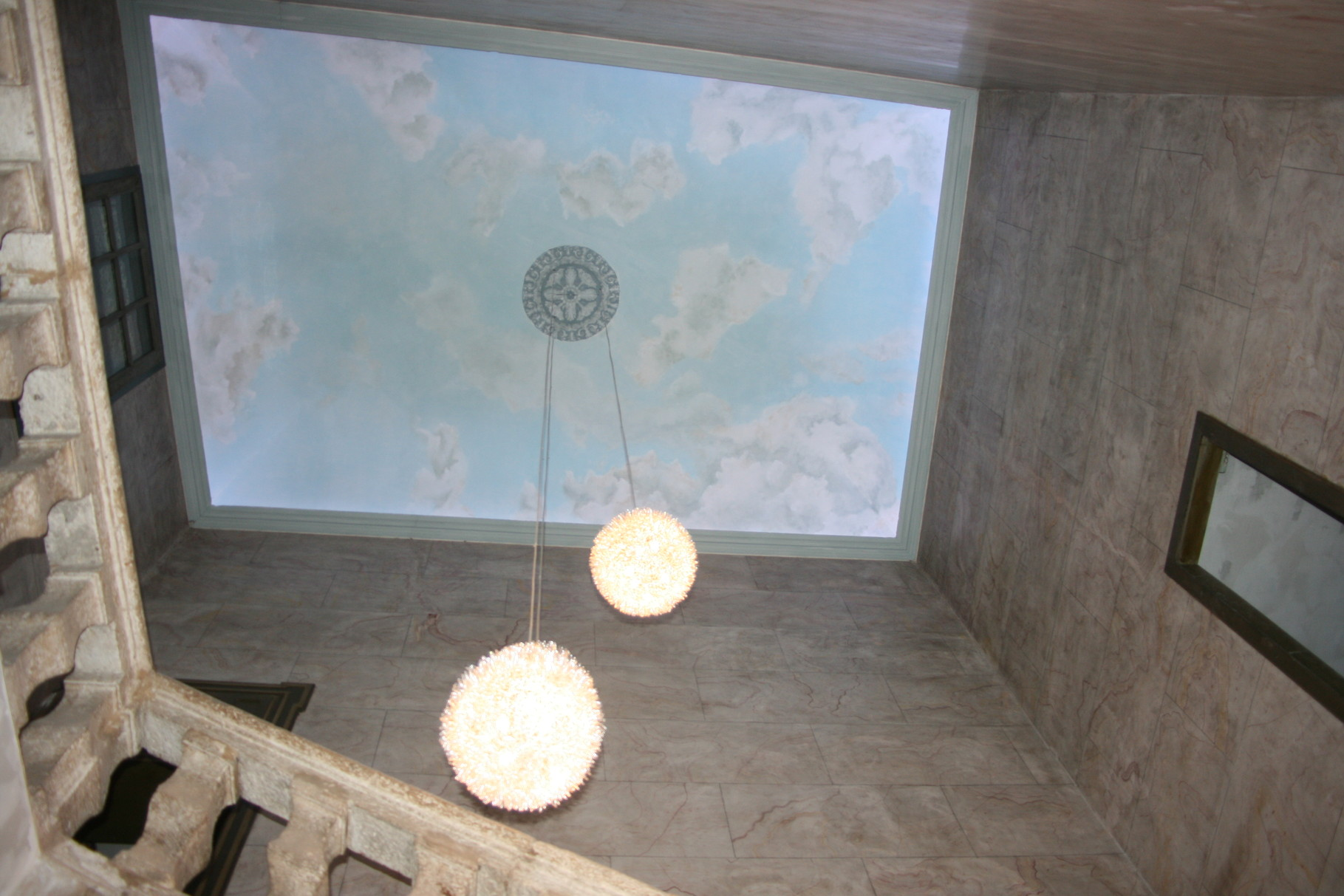 10 mètres sous plafond.