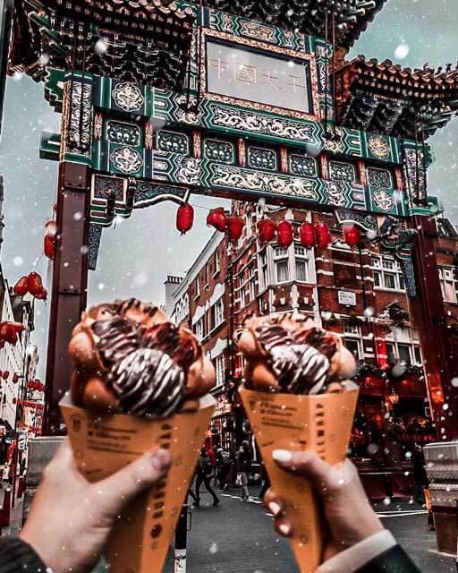 Zu sehen ist Chinatown London und zwei Waffeln im Vordergrund