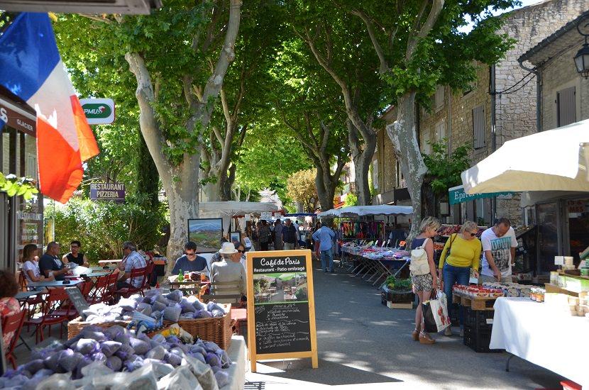 St. Didier - Wochenmarkt unter der Platanenallee