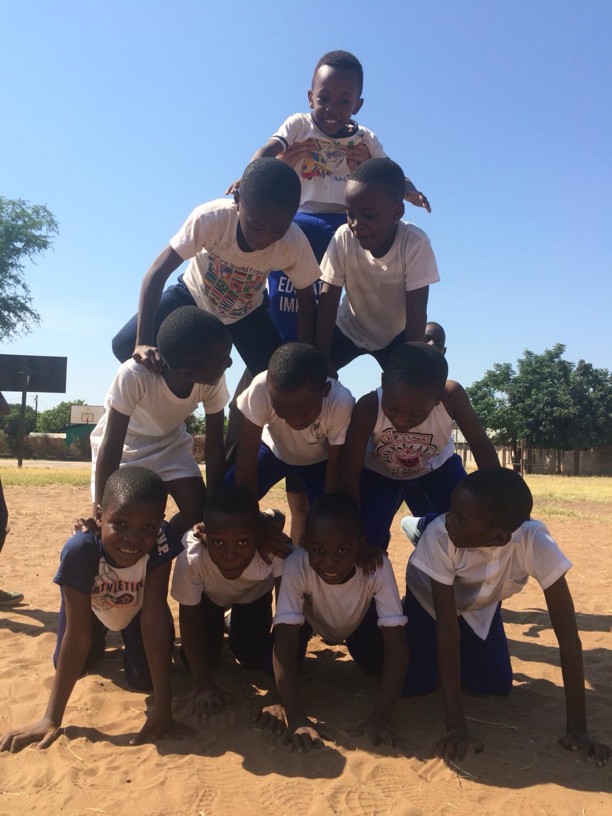 Akrobatik mit den Nekacheya Kids