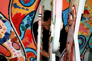 """Unser """"Materialist"""" Oliver Jörges beim Aufbau einer Mosaikskulptur in der Proctor & Gamble Zentrale in Schwalbach"""