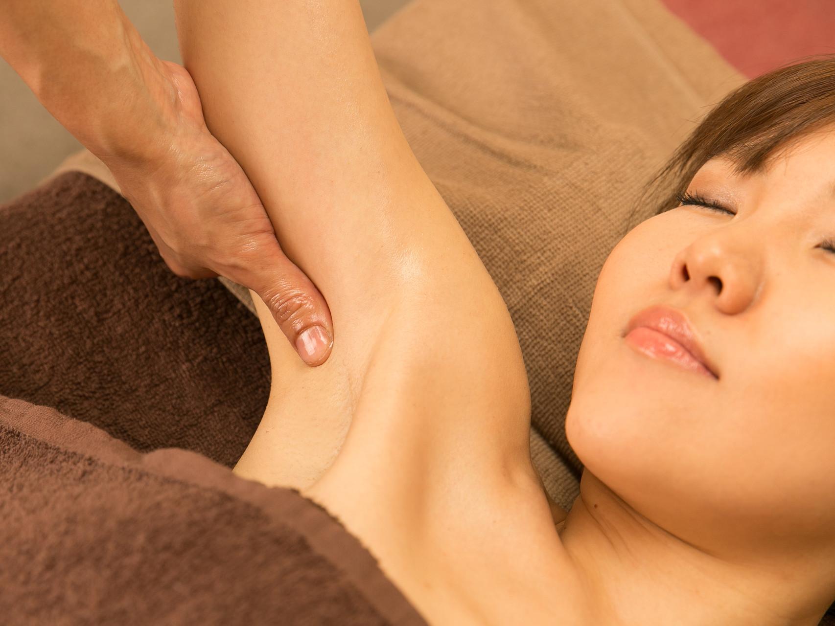 腋窩リンパ節は大事なところなので慎重に流します。