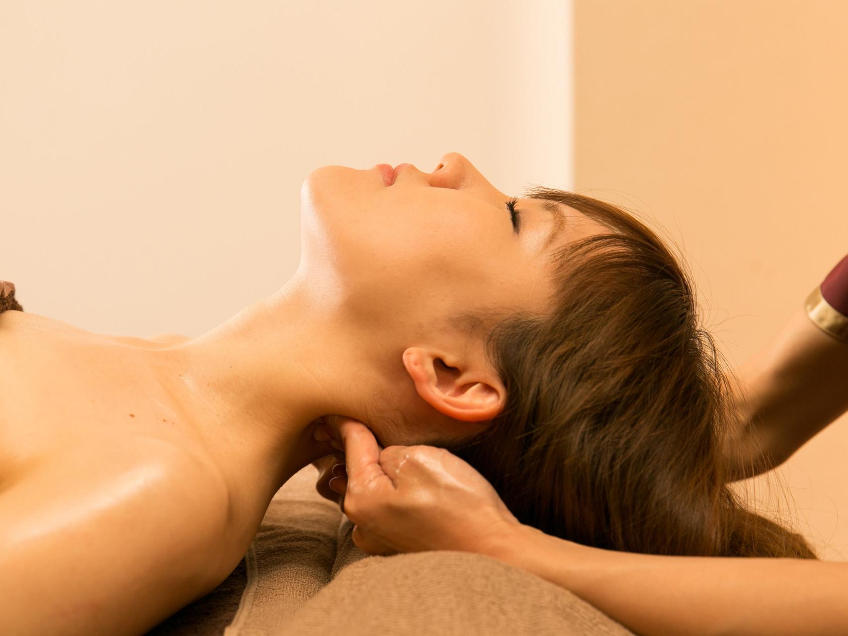 首筋の筋肉の緊張を緩めていきます。