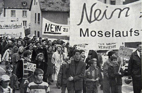 Damals dagegen, heute dagegen: Am 20. November 1994 demonstrieren etwa 3000 Menschen gegen den Bau des Moselaufstiegs bei