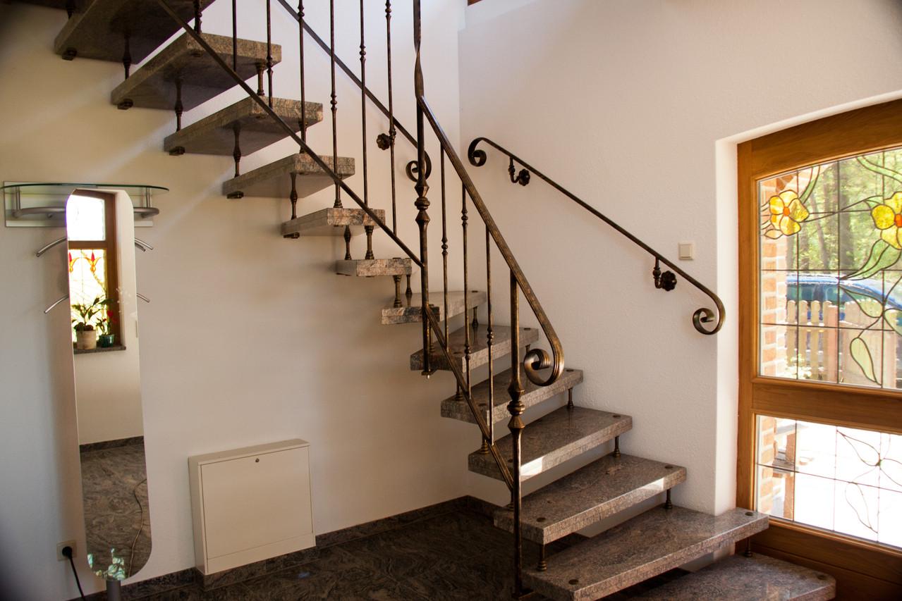 Treppengeländer lackiert schwarz gold patiniert