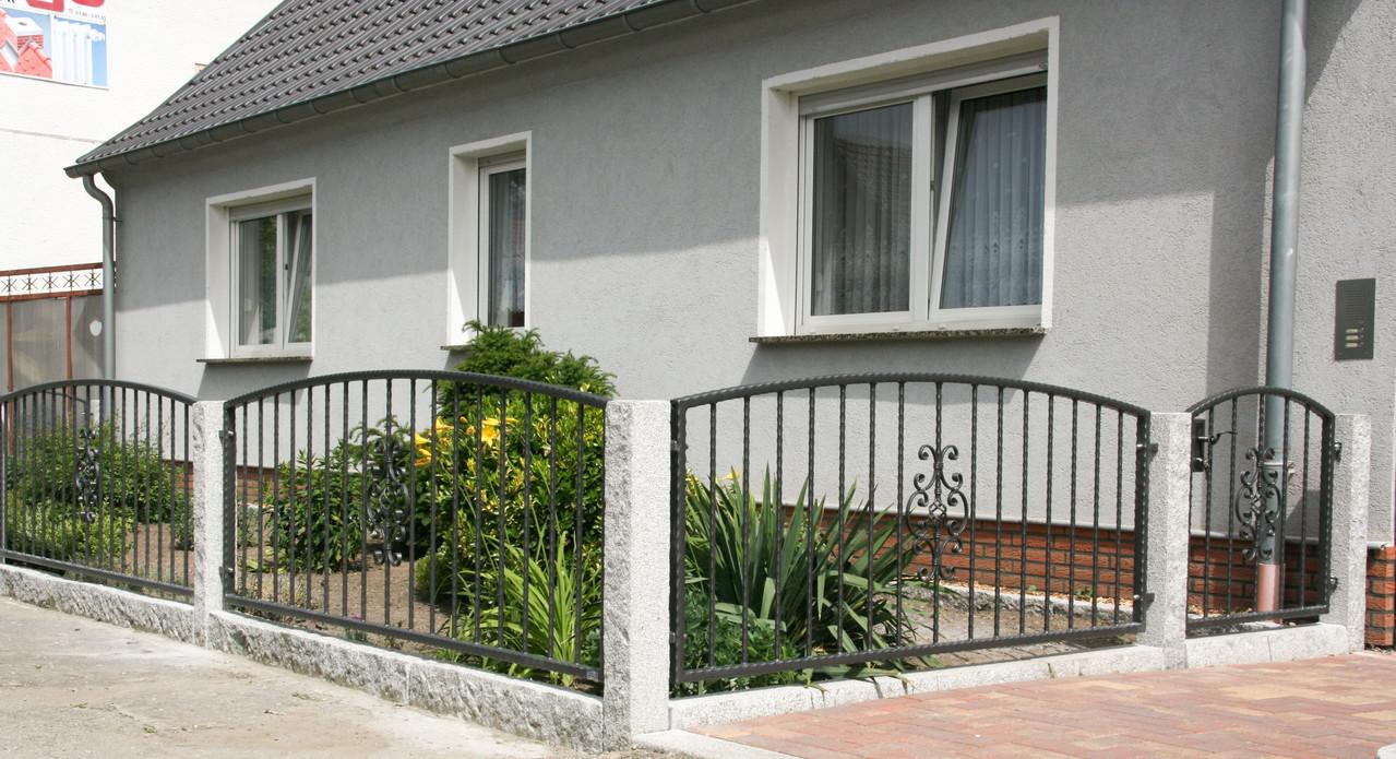 Zaun schmiedeeisern mit Granit-Pfosten