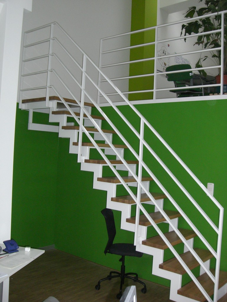 Treppe pulverbeschichtet weiss mit Holzstufen