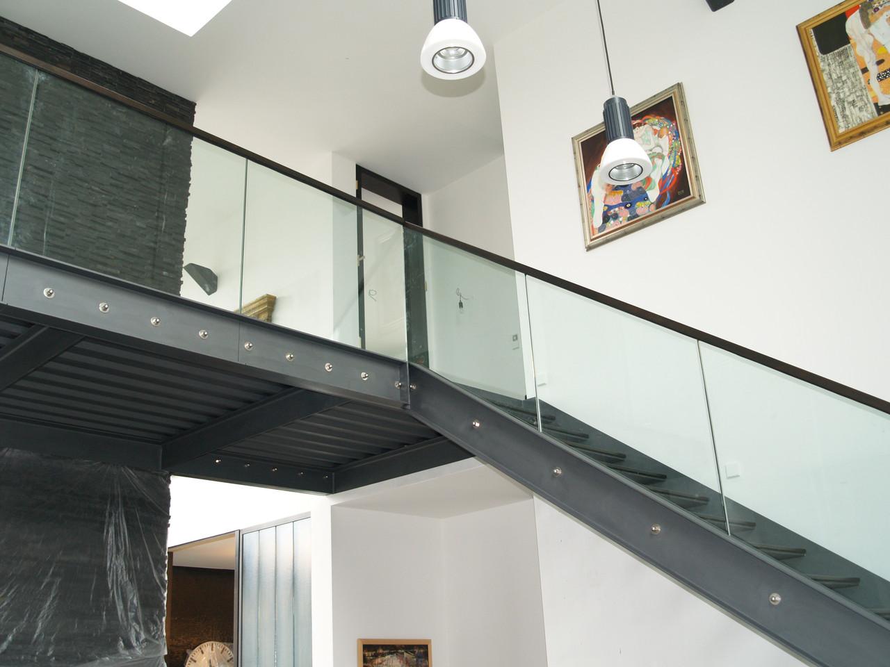 Treppe Glas mit Holzhandlauf