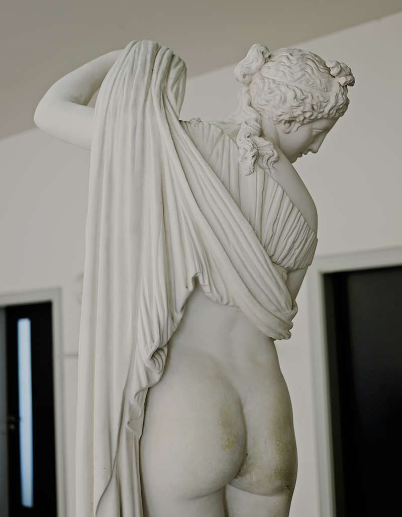 Ihre pikante Pose machte sie zu einem beliebten Motiv in der Kunst des 18. Jahrhunderts. Doch eigentlich bleibt es bis heute ungeklärt, ob es sich bei der nach hinten schauenden Statue tatsächlich um die Liebesgöttin Aphrodite handelt.