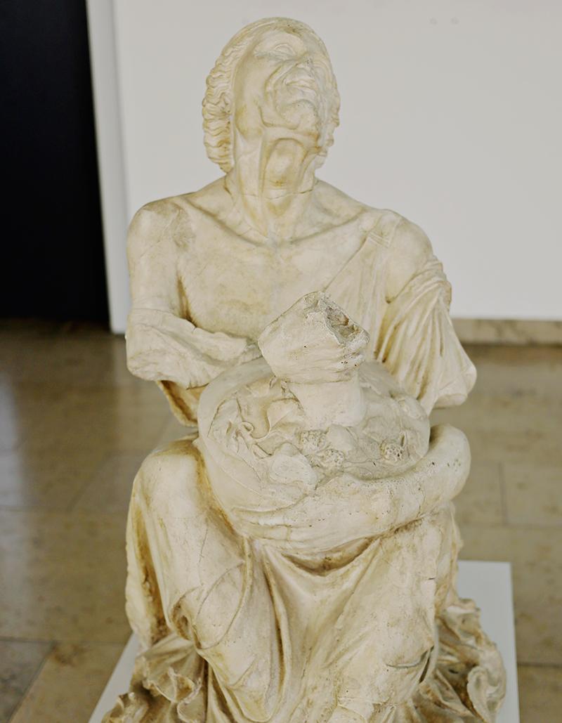 Es wäre ein Fehler in der Statue der Trunkenen Alten nur eine alkoholisierte Greisin zu erkennen; denn hinter ihrem Rufnamen verbirgt sich eine Vielzahl von Deutungen.