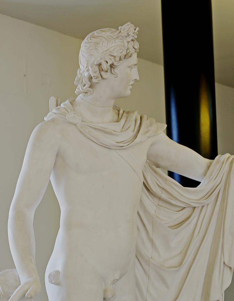 Das imposante Bildnis des Gottes Apoll zeigt ihn voller Leichtigkeit und Jugendlichkeit und gilt als eine der schönsten Statuen der Antike.