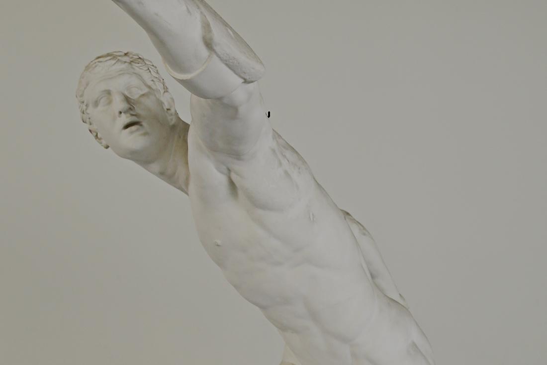 Der Fechter ist bis auf zwei Attribute nackt. Diese zwei Attribute entscheiden mit darüber, ob er als ein Sportler oder ein Fechter zu betrachten ist. Seine Dynamik und seine gleichzeitige Anmut machen ihn zu einem der bekanntesten Statuen der Antike