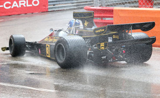 Monaco Grand Prix Start, Lotus 76 bei Regen