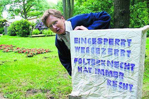 Die Künstlerin Karin Boine von der Veddel hat insgesamt 13 Gabsteine mit gereimten Nachrichten zu dem Thema Tod versehen - Foto: Thomas Sulzyc