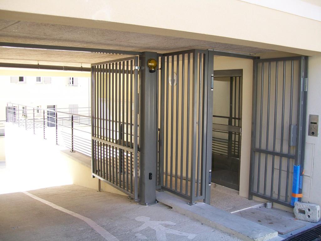 Portail et portillon automatique pour logements collectifs