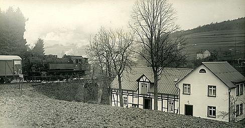 Lok 93.5 des Bw Erndtebrück schiebt 1960 einen Güterzug bergwärts am Haus des Lok-führers Gerhard Moll in Vormwald vorbei (Aufnahme: Carl Bellingrodt, Wuppertal)
