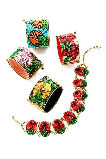 SET bracciali e collier ricamati, conterie d'epoca.