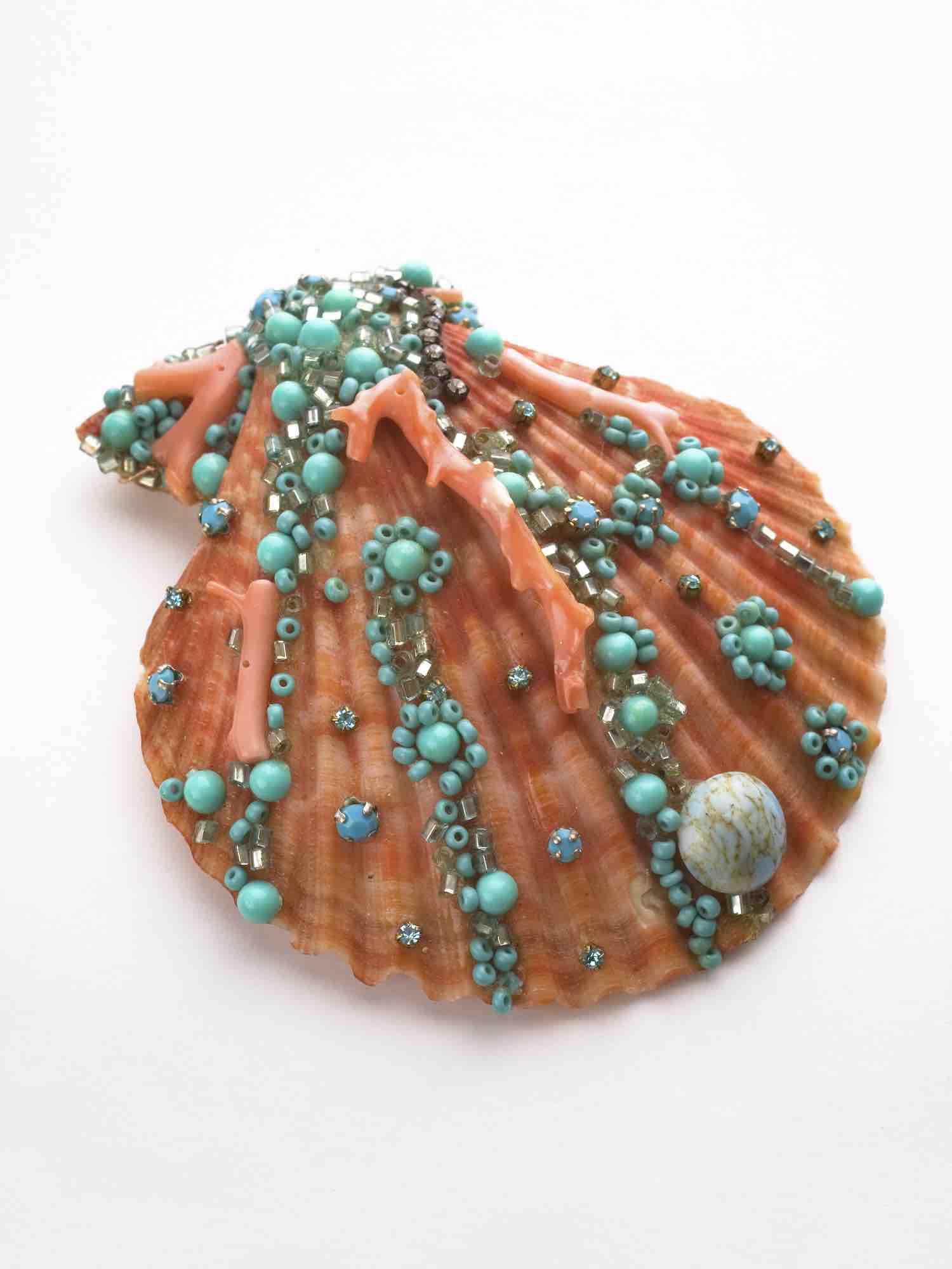 conchiglia rami corallo ,paste di vetro azzurre,coralli rametti.Può essere montata con spilla oro