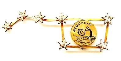 SPILLA carro dell'orsa, ispirata alla spilla di DALI' per Schiapparelli, al centro tondo in onice con disegno a china del segno zodiacale dell'acquario, stelline in strass SWAROVSKI