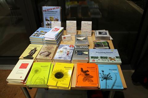 Und unser kleiner Büchertisch war nach Veranstaltung und Umtrunk beliebtes Anlaufziel
